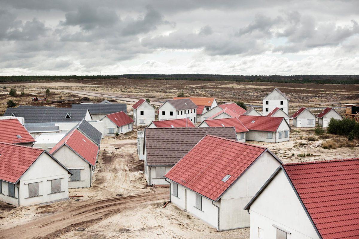 Fernisering / Jeg ser på Krig / Mads Holm & Paula Duvå